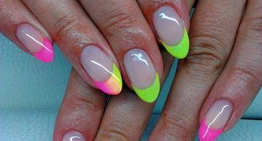 Produkty NeoNail użyte do stylizacji to : lakier hybrydowy (plum 3191 i 3220 ) oraz Finish gel Non Sticky (plum 1345)