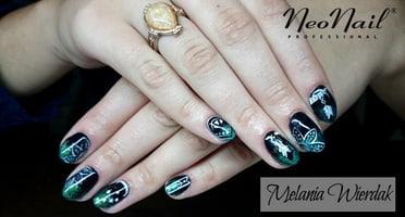 Produkty NeoNail użyte do stylizacji to: Lakier hybrydowy Pure Black i brokat, zdobienie farbkami akrylowymi oraz Base i Top Hard