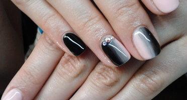 Produkty NeoNail użyte do stylizacji to: lakier żelowy (plum 2859) oraz (plum 2996)