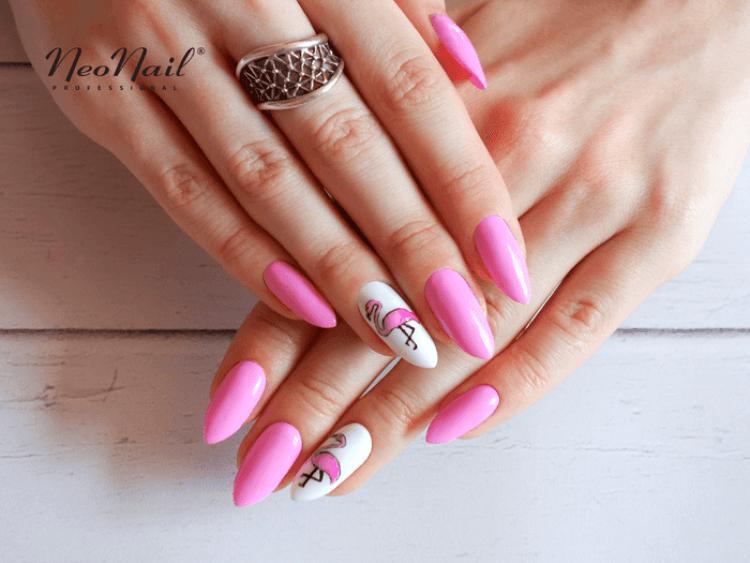 Stylizacja paznokci z lakierem hybrydowym w różowym odcieniu.