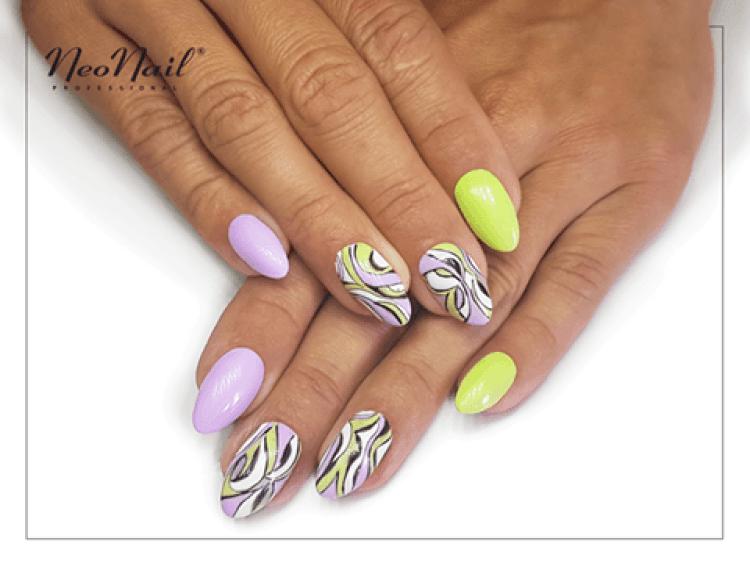 Stylizacja paznokci z lakierem hybrydowym w limonkowym odcieniu.