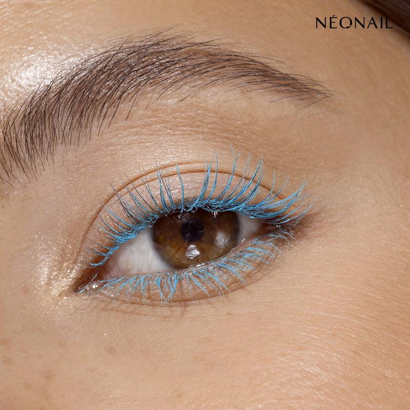 Niebieski tusz do rzęs podkreślający kolor oczu