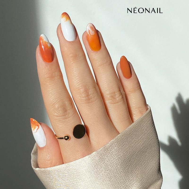 Zdobienie paznokci w odcieniach pomarańczu i bieli