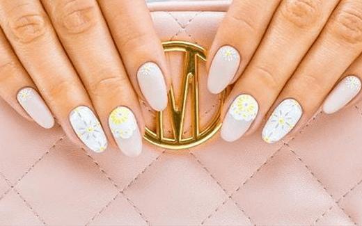 Ażury na paznokciach w 3 modnych kolorach