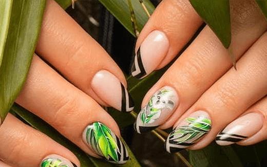 Miś koala w otoczeniu zielonych liści – wiosenne trendy manicure