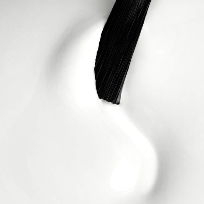 biały lakier hybrydowy do stylizacji paznokci.