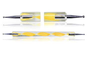 Dłutko do nakładania ozdób na paznokcie w żółtym kolorze.